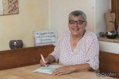 Förderservice Plus: Anita Kempf unterschreibt Antrag