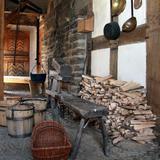Wie die Menschen früher mit Holz heizten, zeigt das Freilichtmuseum Lindlar ...