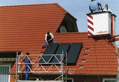 Der deutsche Markt für Solarwärmeanlagen ist aufgrund des Förderstopps eingebrochen. Experten befürchten ähnliches für den Pelletskesselabsatz. Foto: BSW/Viessmann
